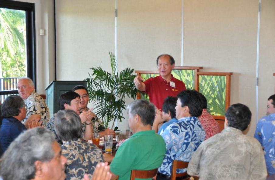At a members' lunch meeting, Jon Young leads the HAPI attendees in a group discussion.