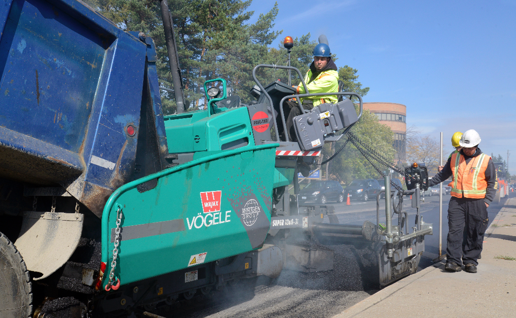 The Pave-Tar crew uses the Super 1300-31 to place an asphalt overlay in Scarborough, Ontario.