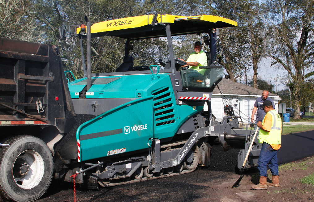 The new Super 2000-3i from Vögele is a 10-foot tracked highway class paver featuring the ErgoPlus 3 operating system and Niveltronic Plus automatic grade and slope control.