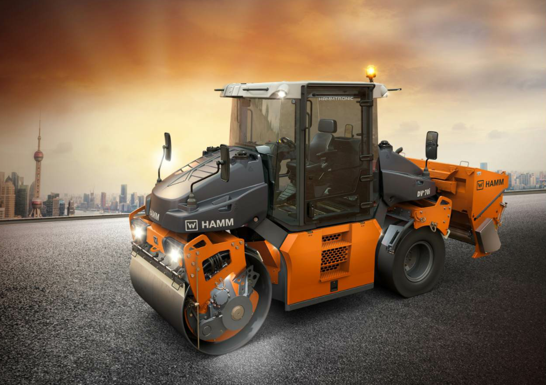 The Hamm DV+ models are available as a tandem roller with double vibration split drums or with oscillation and vibration split drums, and also as a combi roller with split smooth drum and pneumatic tires, shown here with an optional chip spreader.
