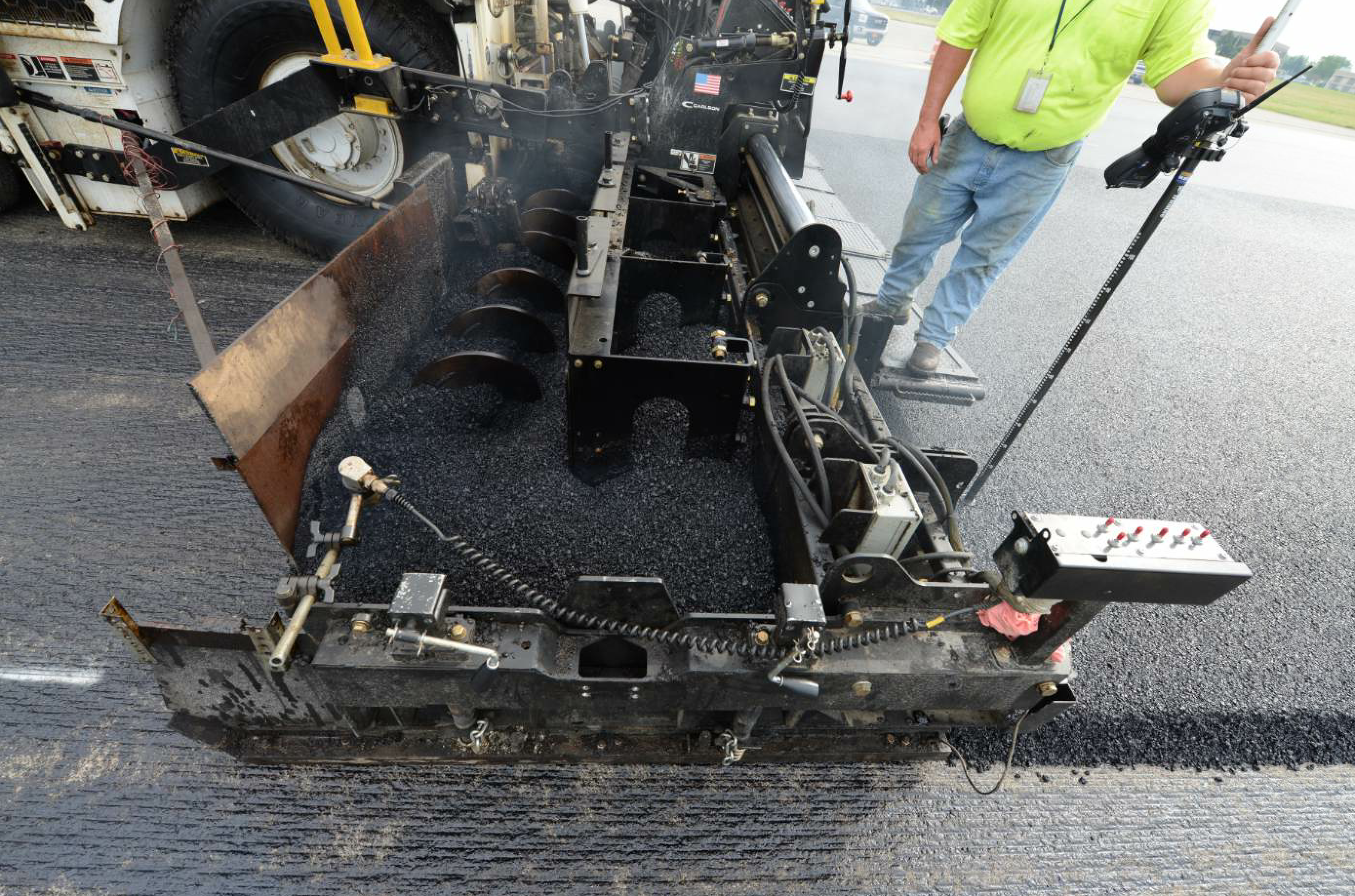 The Carlson EZR2 rear mount screed was used for its weight and 4-inch chrome rods tightly fixed to a heavy-duty tubular frame, providing the extensions optimal rigidity.