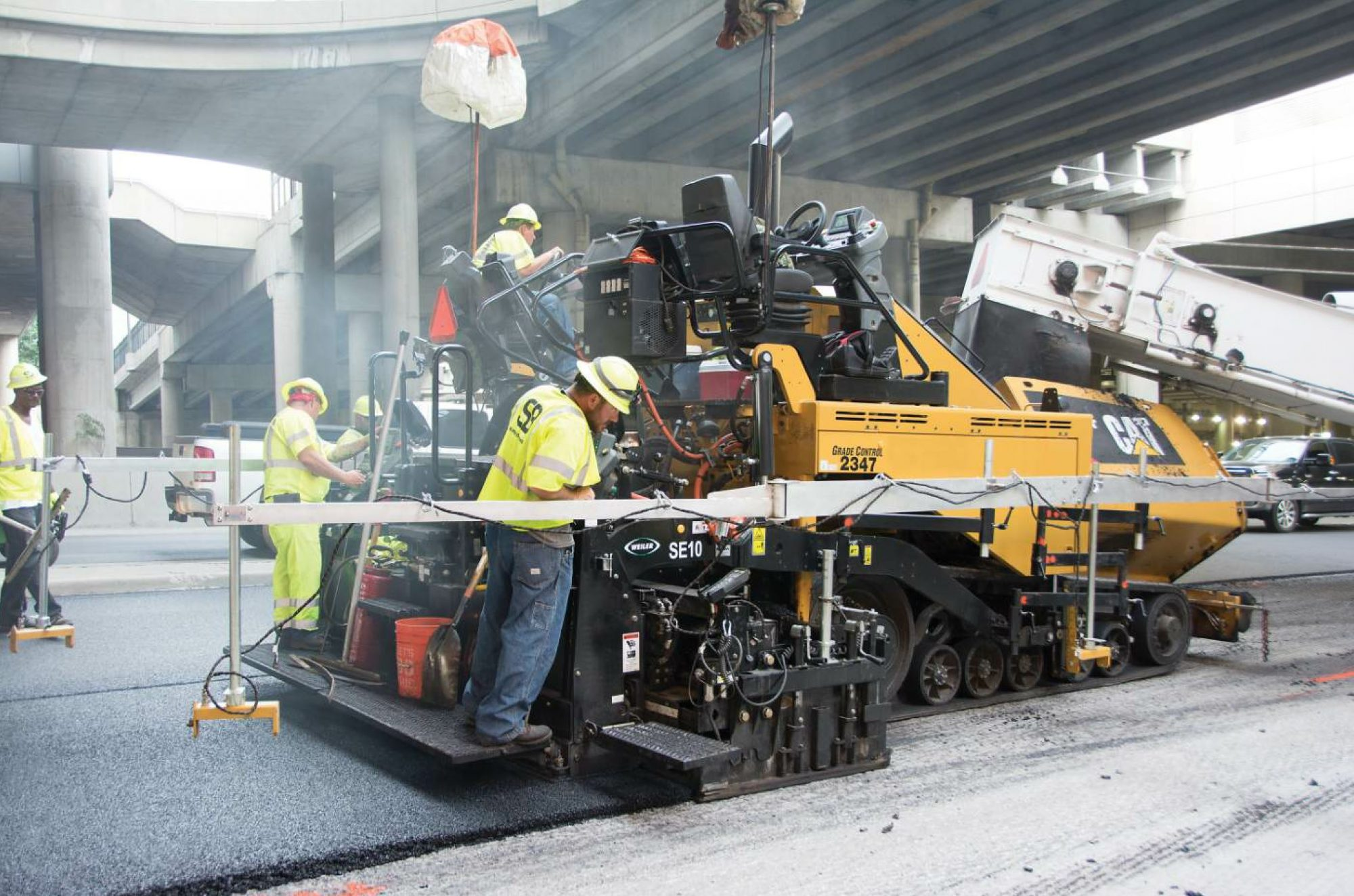 To meet the smoothness spec on the I-670 Loop, the Superior Bowen crew performed the paving non-stop. That started with feeding the Cat® AP1055F paver with a material transfer machine. All photos courtesy Caterpillar.