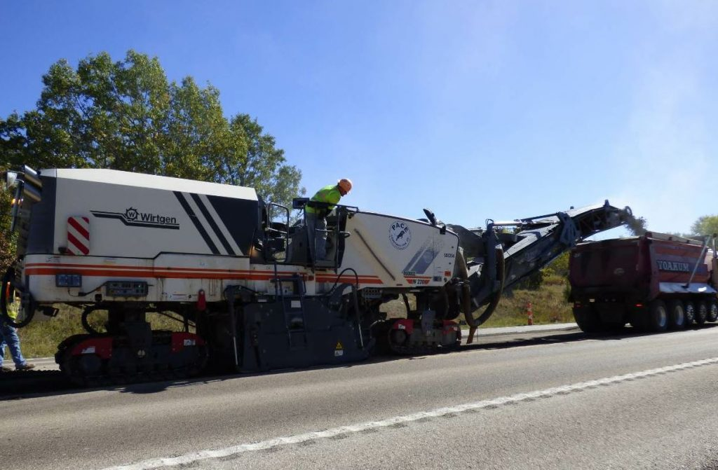 The milling was performed directly ahead of the paving train with two half-lane milling machines from Wirtgen, a W2000 and a W220.