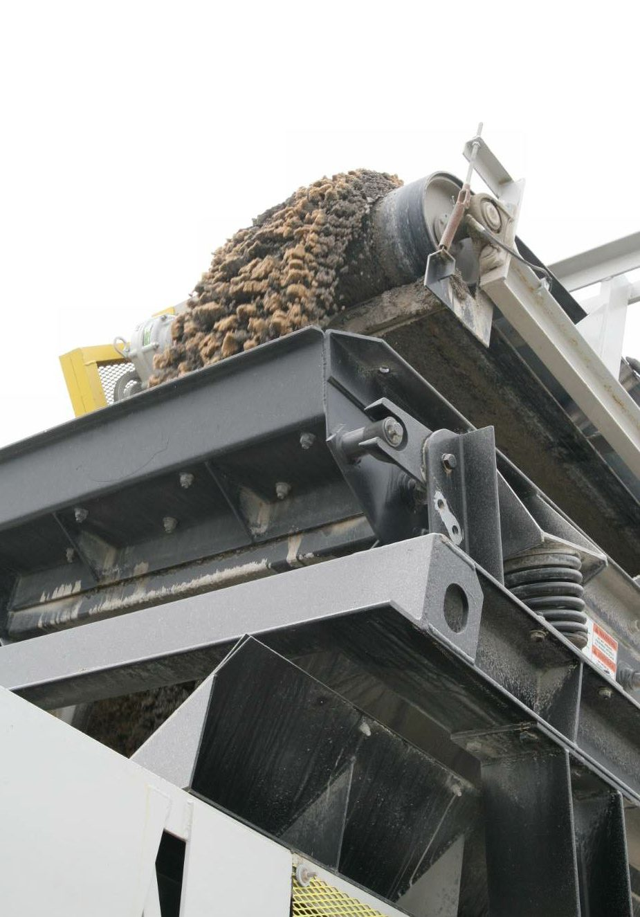 An efficient system of conveyors brings mixed aggregate and fines from the feeds to the drum.