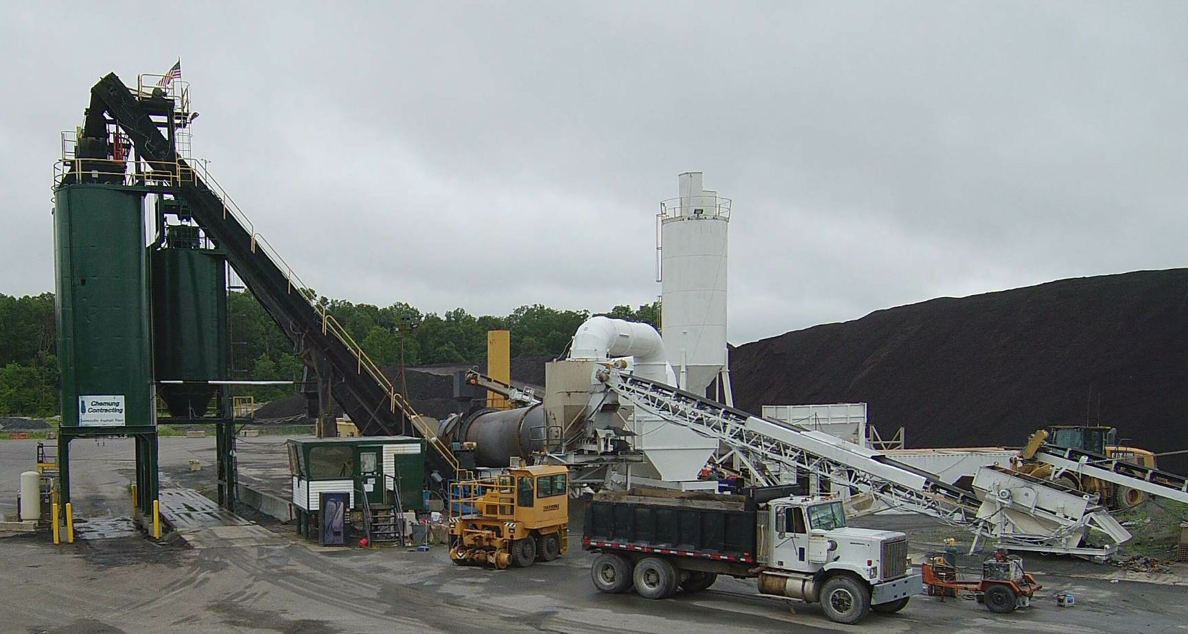 Chemung's Gainesville plant is a CMI counterflow with a Gencor drum, producing 250 tph. In addition to its Gainesville and Culpeper plants, Chemung also has two plants in Seneca Falls, New York, including a Barber Green parallel flow drum plant (250 tph) and a Cedar Rapids batch plant (200 tph).