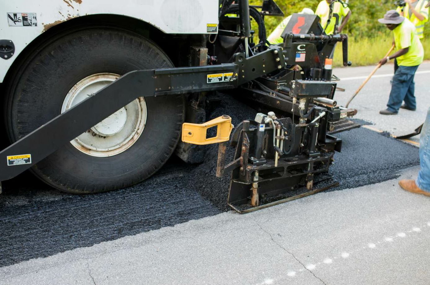 An SB25000 material transfer vehicle fed the mix to a Roadtec paver. Photo courtesy NCAT.