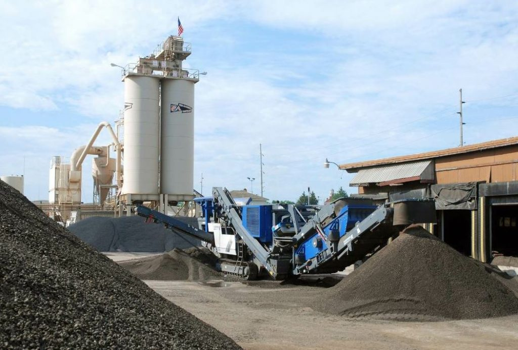 The Kleemann Mobirex MR 110 Z S Evo mobile impact crusher has a compact enough footprint to fit right into the asphalt plant yard. Photo courtesy Kleemann.