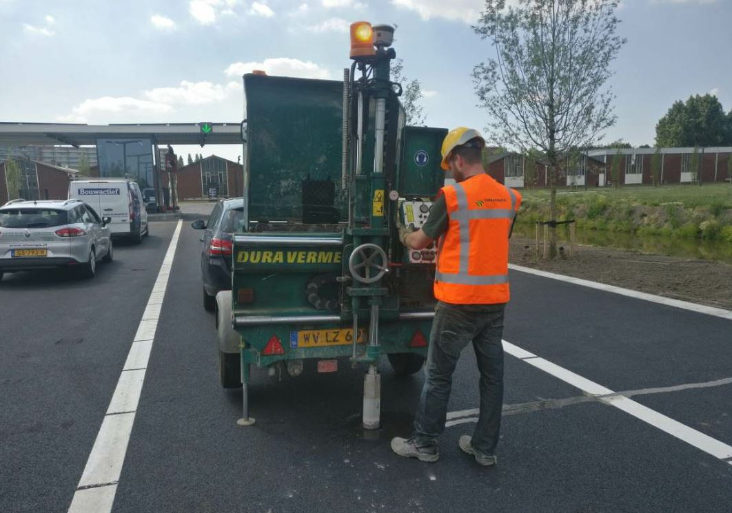 To assess the condition of the pavement, Dura Vermeer employees take cores with the R2 unit mounted on the coring machine, recording the locations of each before decisions are made about whether it is acceptable for use as recycling material.