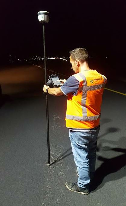 After a road has been completed and opened to traffic, Armon Jongenelen and his colleagues are tasked with checking the quality of the surface so that any damage can be repaired. Dura Vermeer workers use a Trimble R2 GNSS receiver and Gappless app platform on an iPad to record its location, along with information about the state of the road surface.
