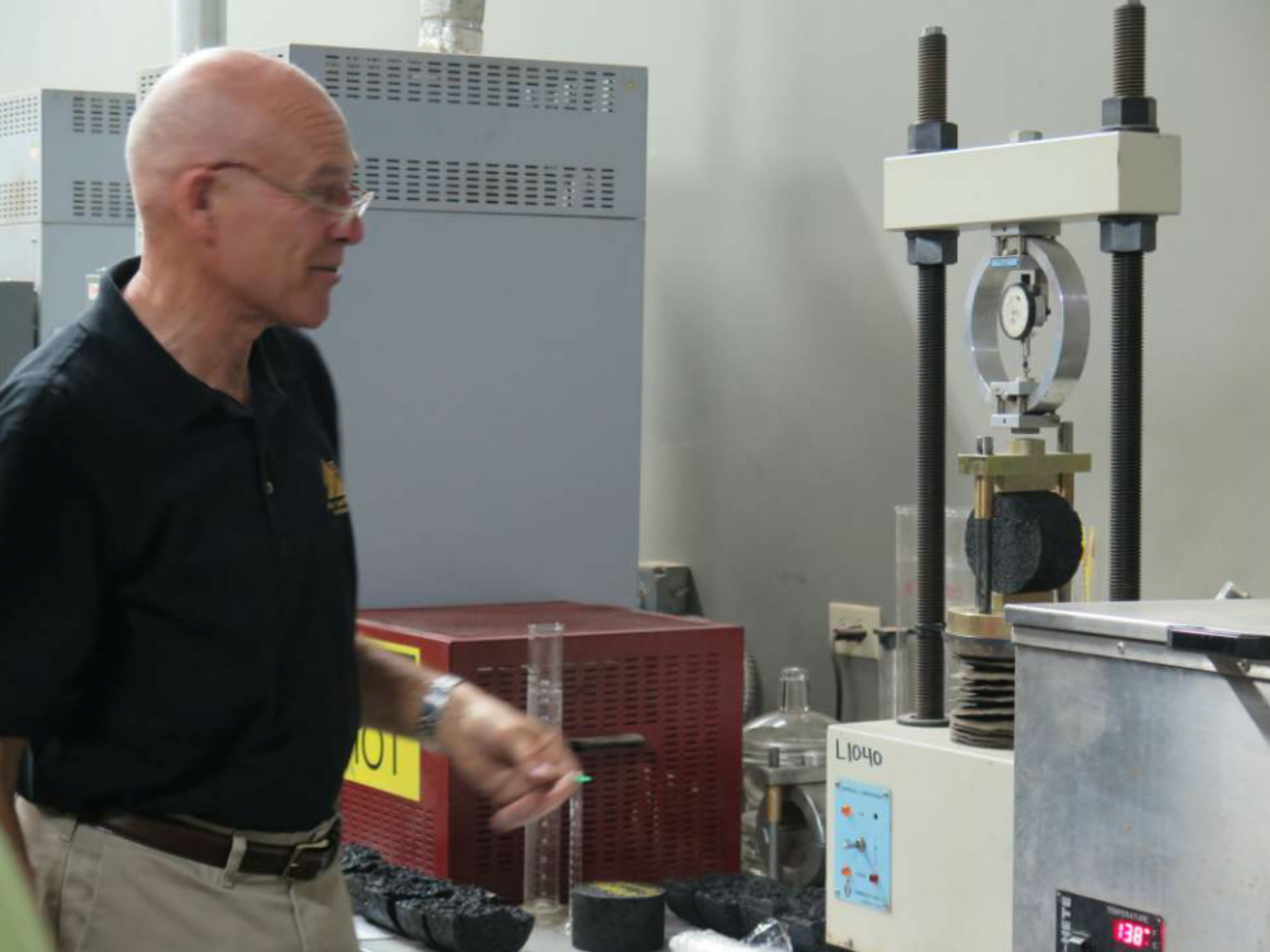 Bob Humer from the Asphalt Institute conducted a lab session during mix design technology training in Hawaii.