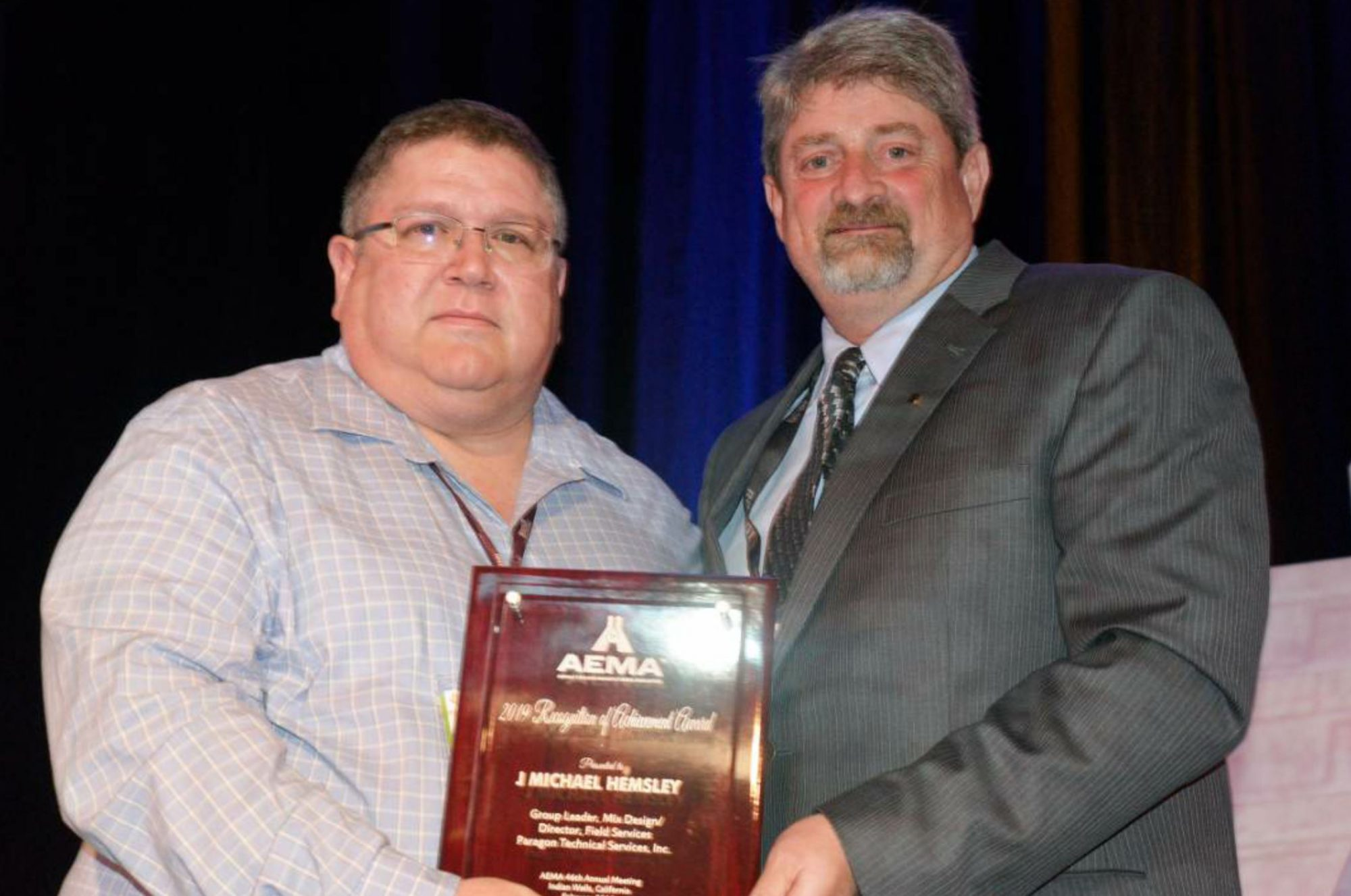 AEMA President Mark Ishee presents the 2019 Recognition of Achievement Award to Mike Hemsley, Paragon Technical Services. Photo by Tom Kuennen, courtesy of FP2.